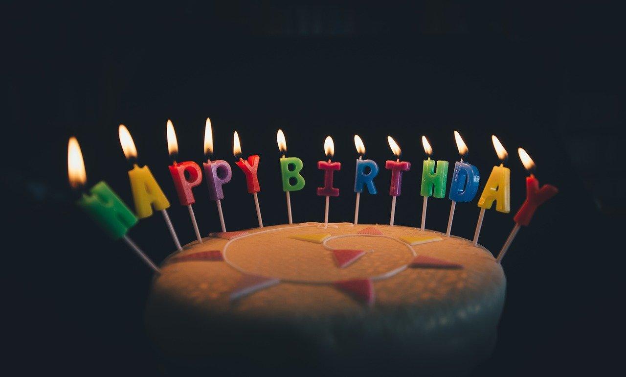 Gotowe zestawy urodzinowe – tani i prosty sposób na wyjątkową dekorację przyjęcia